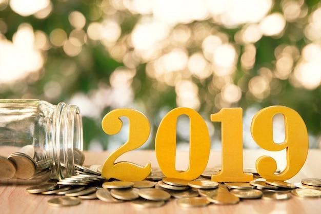 Word 2019 mettre des pièces de monnaie et des bouteilles en verre avec des pièces à l'intérieur sur fond de bokeh vert. Photo Premium