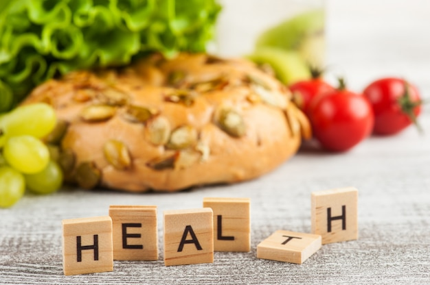 Word health et bagel avec salade Photo Premium
