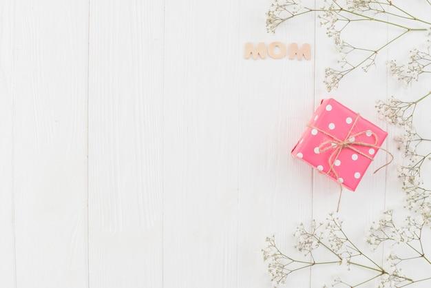 Word mom avec boîte-cadeau et fleurs Photo gratuit