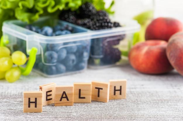Word santé et baies dans une boîte à lunch Photo Premium