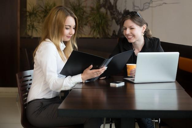 Workmates Lecture Du Rapport Financier Photo gratuit