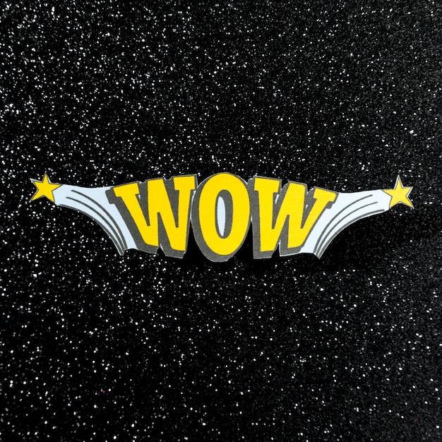 Wow jaune mot illustration pop art rétro vectoriel sur fond de cosmos Photo gratuit