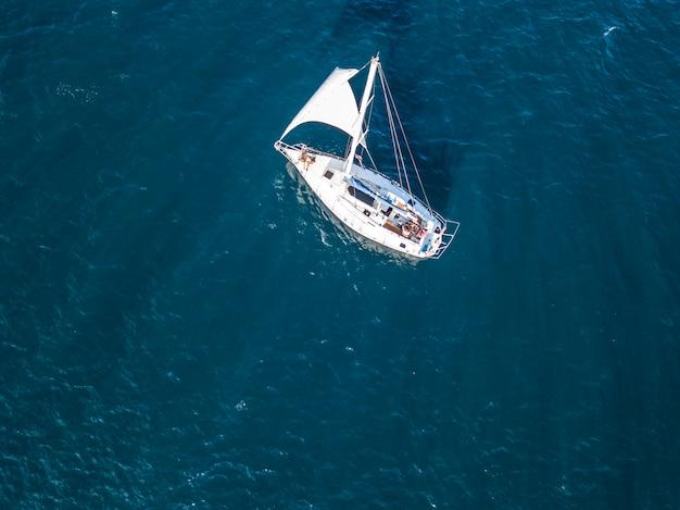 Yacht Isolé Solitaire Sous La Voile Avec Grand Mât Aller En Vue De Dessus Aérienne De Mer Toujours Photo Premium