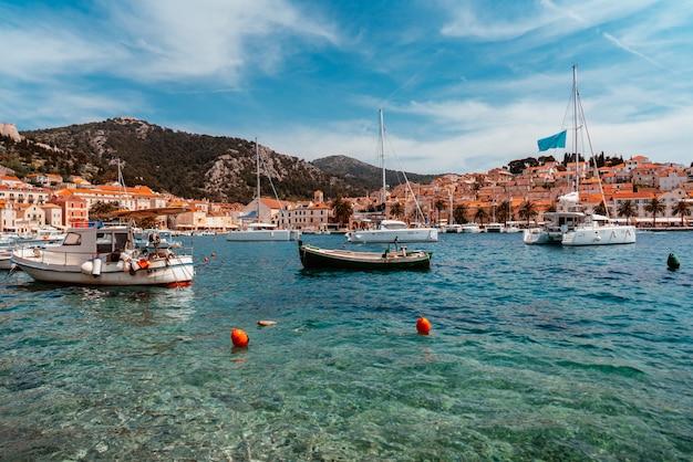 Yachts amarrés dans la ville portuaire Photo gratuit