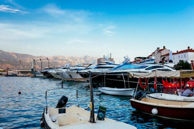 Les yachts amarrés se tiennent sur une ancre Photo gratuit