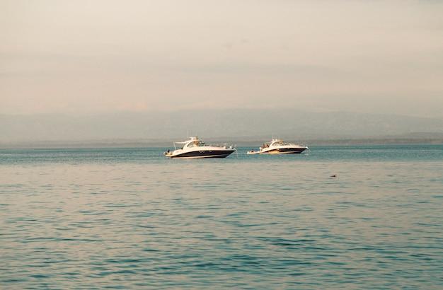 Yachts Blancs En Mer Photo gratuit
