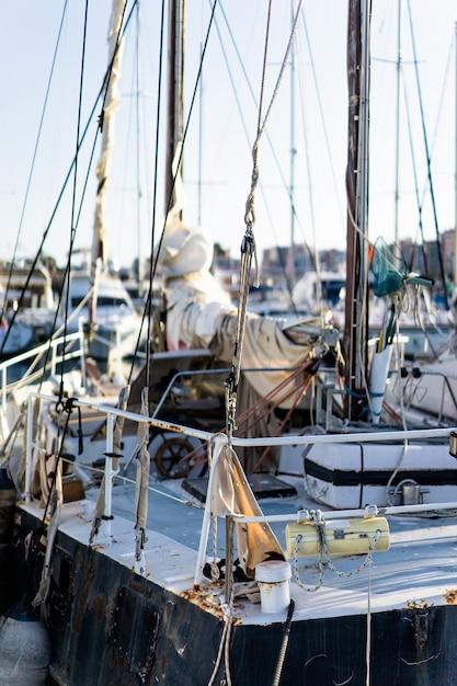 Yachts privés dans le port Photo gratuit