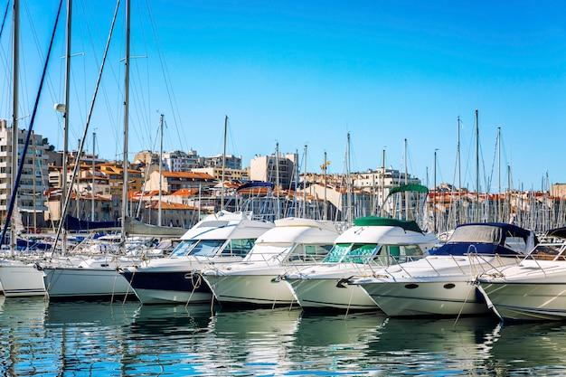 Yachts à Voile Blanc Comme Neige Dans Une Marina à Marseille Par Une Belle Journée Ensoleillée. Belle Vue. Photo Premium