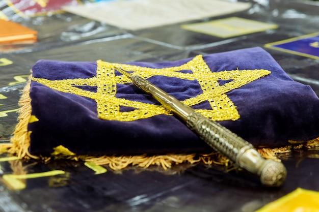 Un yad est un pointeur pour lire la torah. Photo Premium