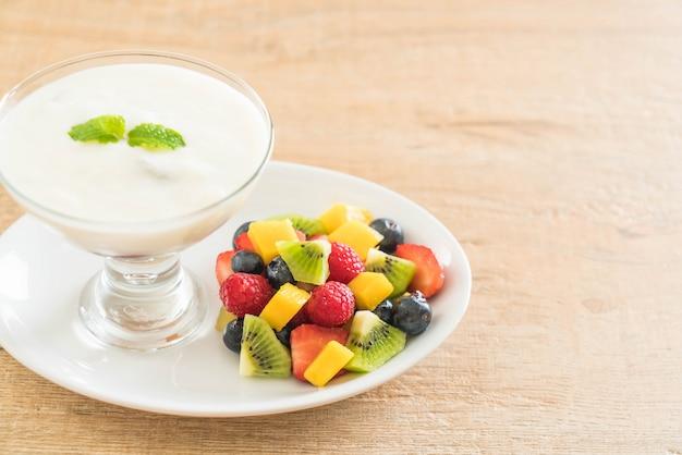 Yaourt aux fruits mélangés (fraise, myrtille, framboise, kiwi, mangue) Photo Premium