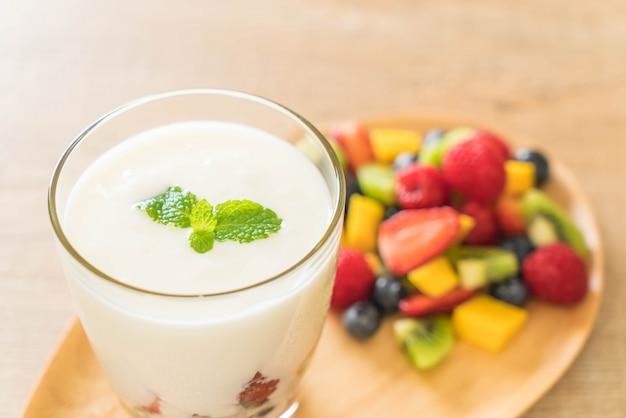 Yaourt aux fruits mélangés Photo Premium