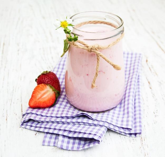 Yaourt à la fraise avec des fraises fraîches Photo Premium