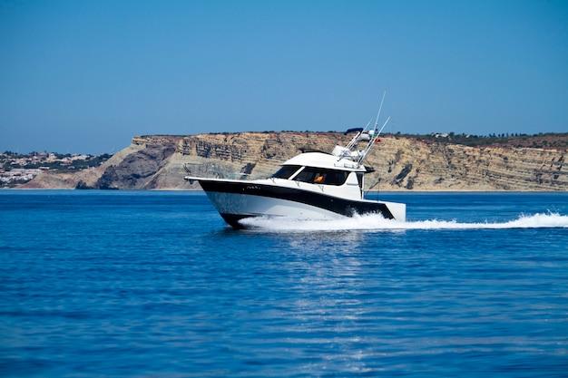 Yatch fonçant sur l'eau Photo Premium