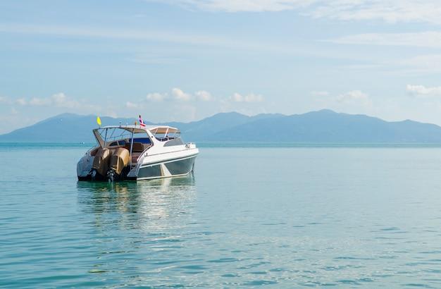 Yatch de luxe dans le magnifique océan Photo Premium