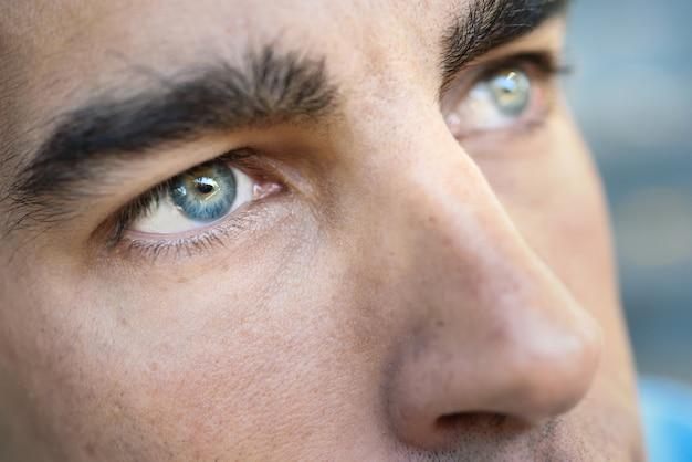 Les Yeux Bleus D'un Homme Photo gratuit