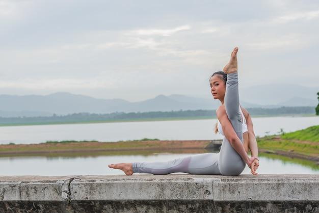 Yoga Femme Faisant Du Yoga à L'extérieur Photo Premium