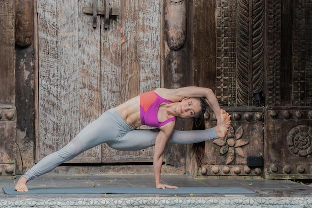 Yoga femme faisant des exercices avec yoga pose à la maison. Photo Premium