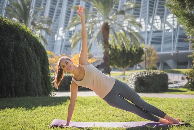 Yoga en plein air Photo gratuit
