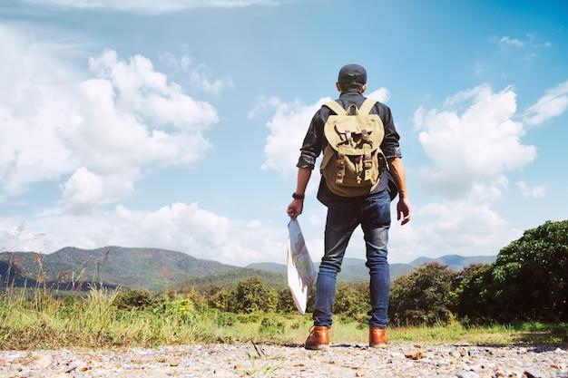 Young man traveler avec sac à dos relaxant en plein air. Photo gratuit