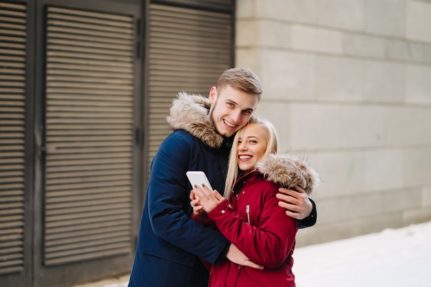 Young Smiling Happy European Couple Hugging In Winter Photo gratuit