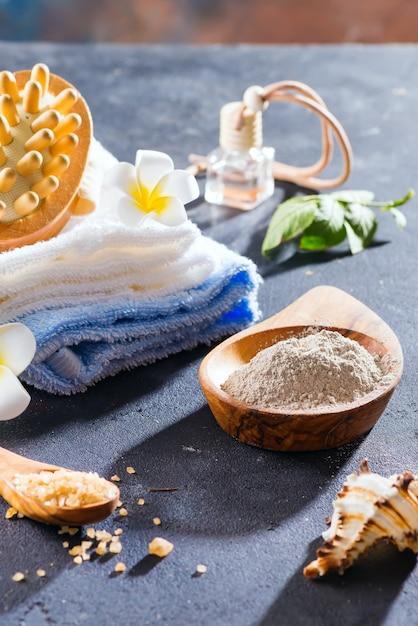 Zero gaspillage . ensemble de bain écologique. avec des pinceaux, du sel marin, une serviette, un arôme en bouteille de verre, du bast et des feuilles de palmier Photo Premium