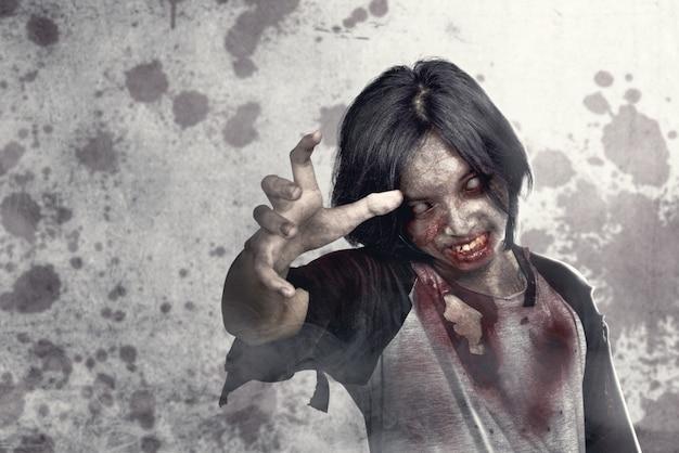 Zombies effrayants avec du sang et une plaie sur son corps marchant dans la rue urbaine Photo Premium