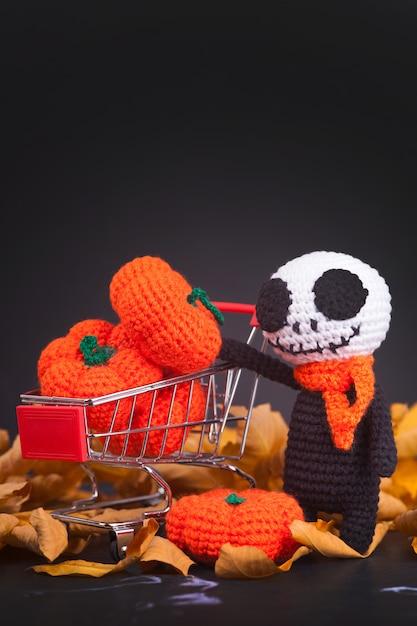 Zombies monstres tricotés et petites citrouilles, à la main, passe-temps. amigurumi. décor de fête d'halloween Photo Premium
