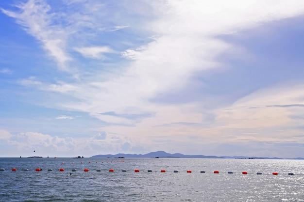 Zone de baignade sur la plage de pattaya en thaïlande Photo Premium