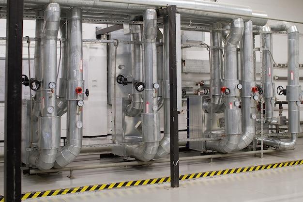Zone industrielle, canalisations et équipements en acier, vannes et capteurs. système de ventilation Photo Premium