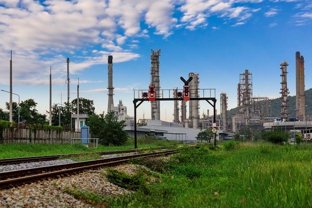 Zone industrielle pétrolière et nuage bleu Photo Premium