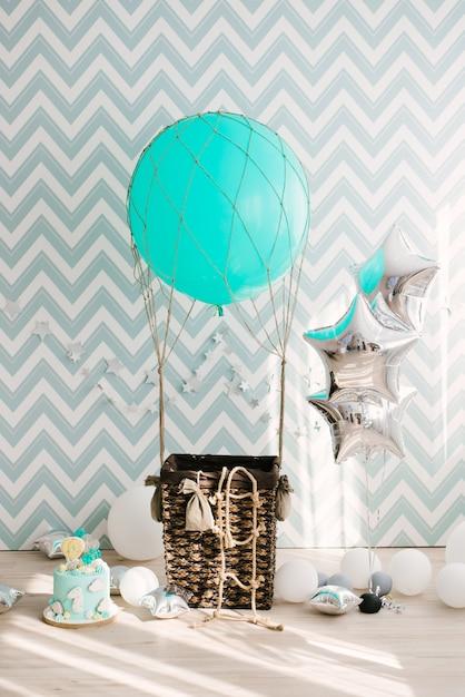 Zone Photo Anniversaire Ou Anniversaire Avec Un Grand Ballon Bleu Et Un Panier Photo Premium