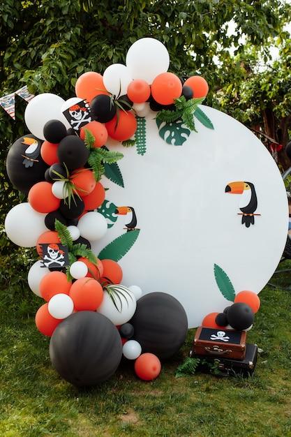 Zone Photo Pour Enfants Avec Beaucoup De Ballons. Décorations Pour Une Fête D'anniversaire. Photo Premium