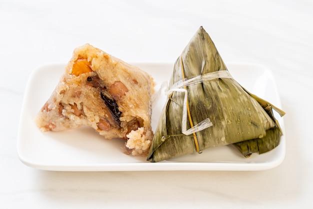 Zongzi Ou Boulettes De Riz Gluant Chinois Traditionnel Photo Premium