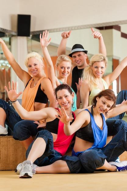 Zumba Ou Jazzdance - Jeunes Dansant En Studio Photo Premium