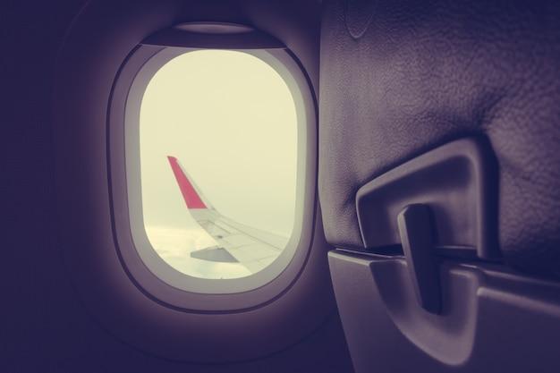 Afficher à travers la fenêtre d'avion. (Image filtrée traitée vintage ef Photo gratuit