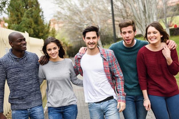 Amis à pied en plein air Photo gratuit