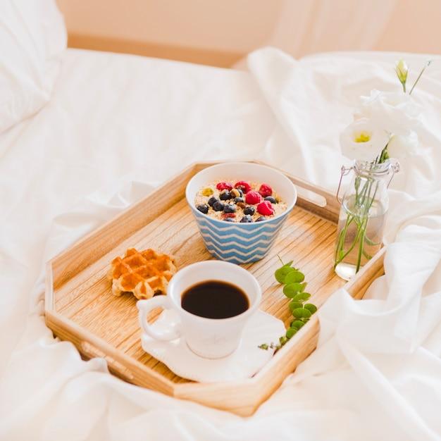 Arrangement romantique du petit déjeuner sur plateau | Télécharger ...