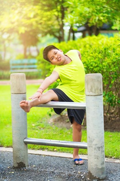 Sport Asiatique asiatique, sport, garçon, étirage, fer, barre, jardin   télécharger