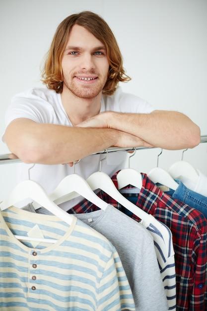 Assistante commerciale du magasin de vêtements Photo gratuit
