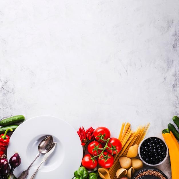 Assortiment de assiettes et de légumes mûrs Photo gratuit
