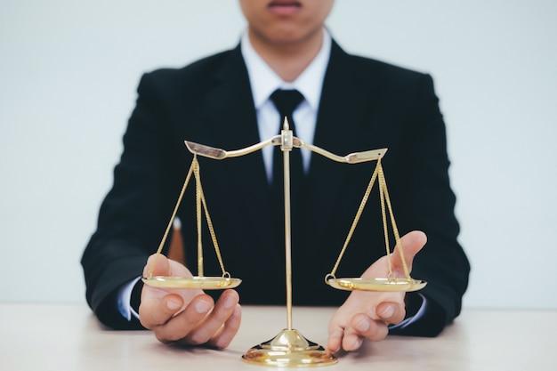 Avocat de sexe masculin au bureau avec échelle de laiton