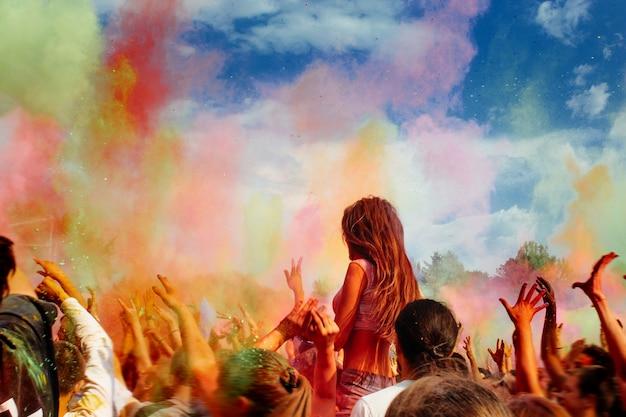 Beaucoup de gens jeter la peinture en poudre dans l'air Photo Premium
