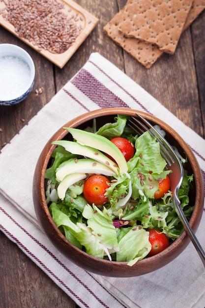 bol en bois avec une salade vue de dessus t l charger des photos gratuitement. Black Bedroom Furniture Sets. Home Design Ideas