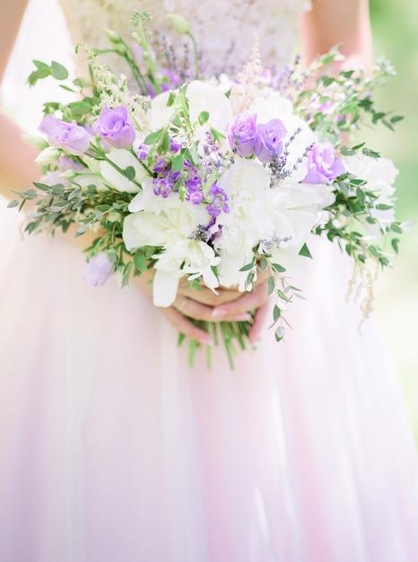 bouquet de lavande et de roses blanches dans les bras de mari e t l charger des photos. Black Bedroom Furniture Sets. Home Design Ideas