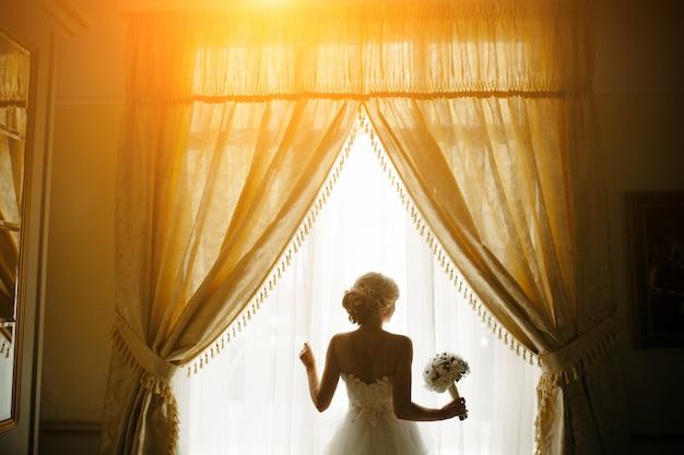 Bride dans une fen tre avec le bouquet t l charger des for Buer dans les fenetre