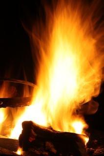 br ler un feu de camp lumi res t l charger des photos. Black Bedroom Furniture Sets. Home Design Ideas