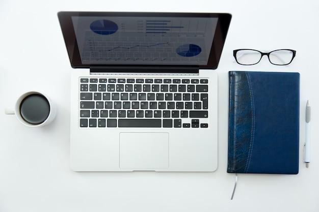 Image de maquette d ordinateur portable avec l écran de bureau