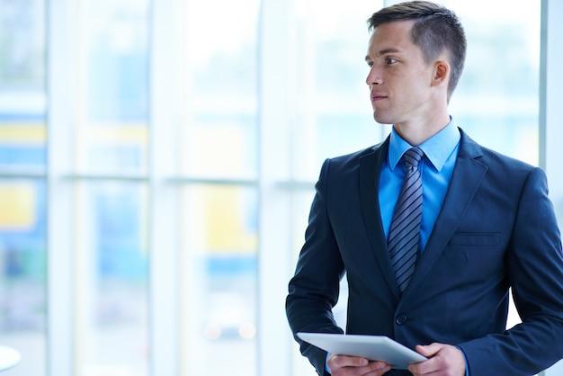 Businessman profil regardant vers la gauche Photo gratuit