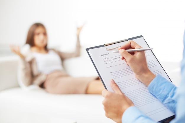 Businesswoman parler à son psychologue Photo gratuit