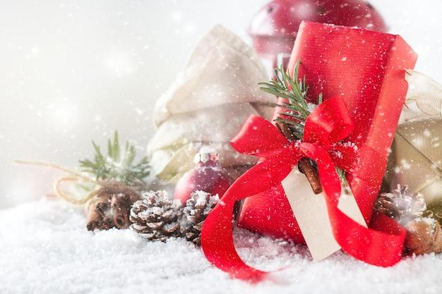 cadeau rouge avec d coration de vacances et des pommes de. Black Bedroom Furniture Sets. Home Design Ideas